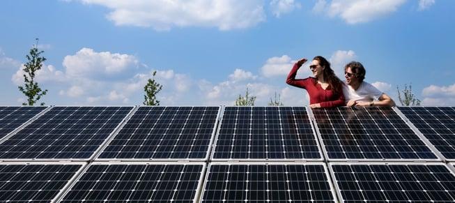 Mensen bij zonnepanelen