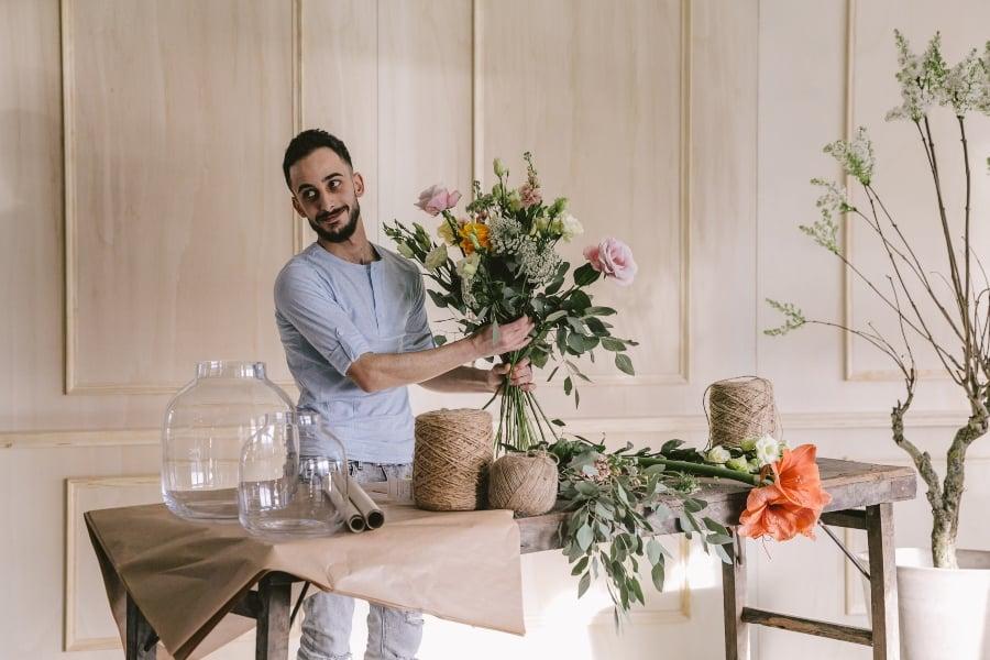 hasan stelt boeket samen flower family
